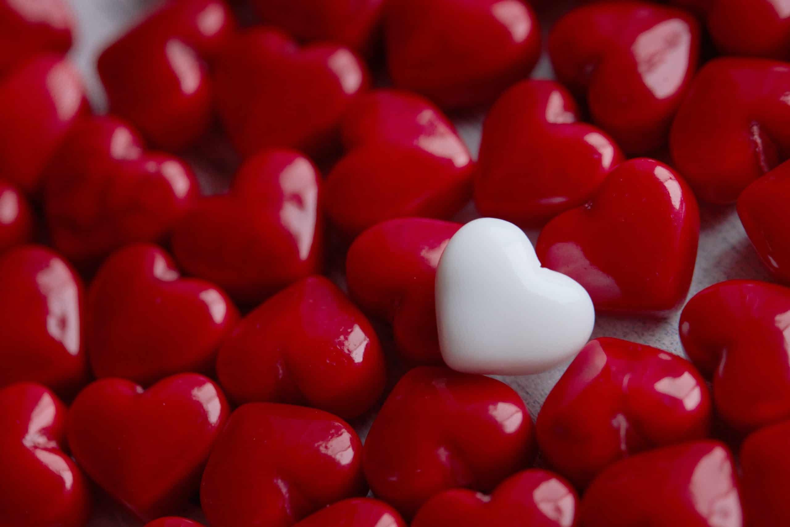 Bilden symboliserar medberoende - ett vitt hjärta bland många röda hjärtan