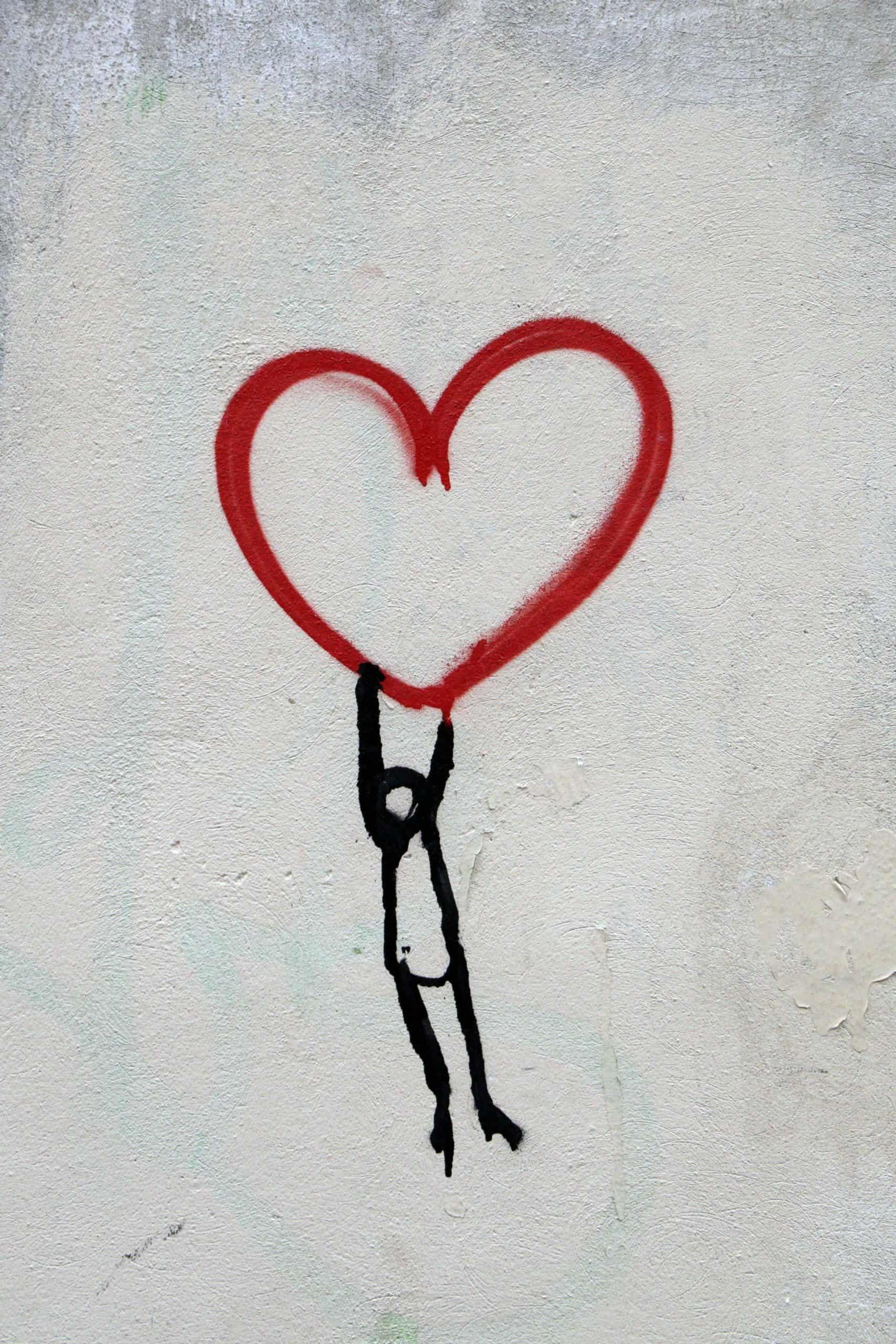 Hängande tecknad figur i ett rött hjärta
